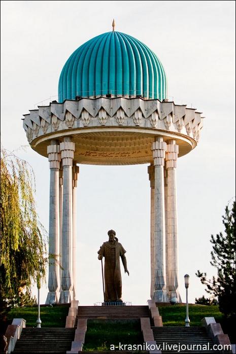 Пам'ятник Алішеру Навої.