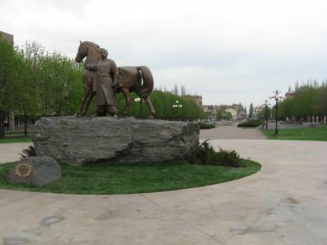 Пам'ятник легендарному засновнику міста – козаку Рогу