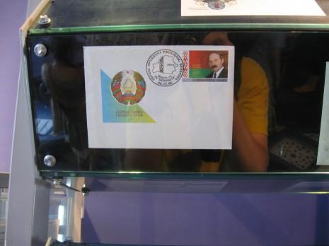 Аляксандар Рыгоравіч зарисувався на стенді поштових марок та листівок